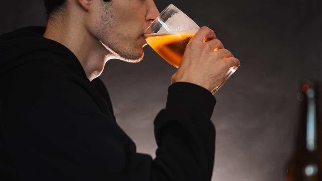 o persoana care bea alcool